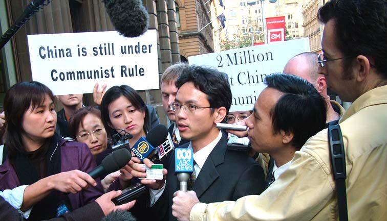 中共出逃外交官陳用林6月4日在悉尼「紀念六四、告別中共」集會上接受媒體採訪。